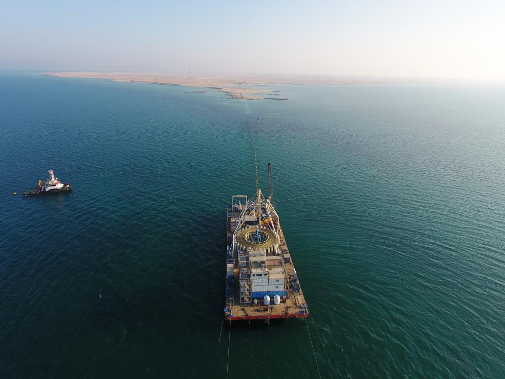 assistance-sous-marine-pour-la-pose-câble-énergie-et-câble-fibre-optique-entre-deux-îles