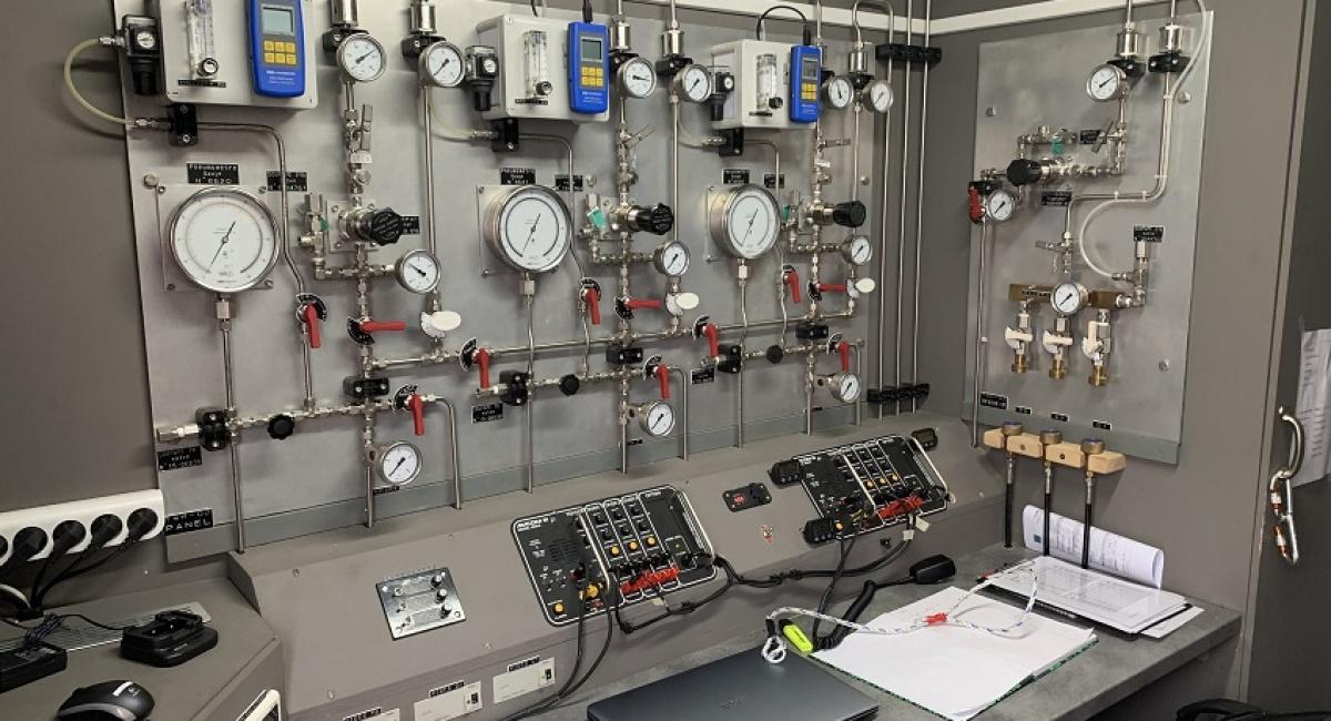 control-room-trois-tableaux-air-analyseurs-air-postes-casques-kmb-dix-huit-communication-enregistrables-enregistreur-vidéo-