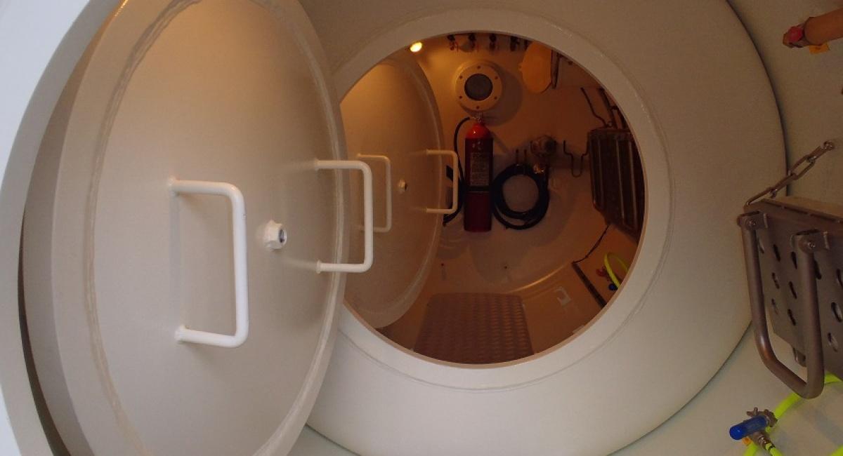 caisson-thepeutique-dans-conteneur-20-pied-climatisé-chauffé-avec-tableau-mix-gaz-avec-secours-analyseur-oxygène-caisse-à-pharmacie-complète